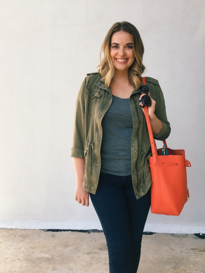 Casual OOTD   utility jacket + dark skinny jeans + bold bucket bag + Jack Rogers sandals   keiralennox.com
